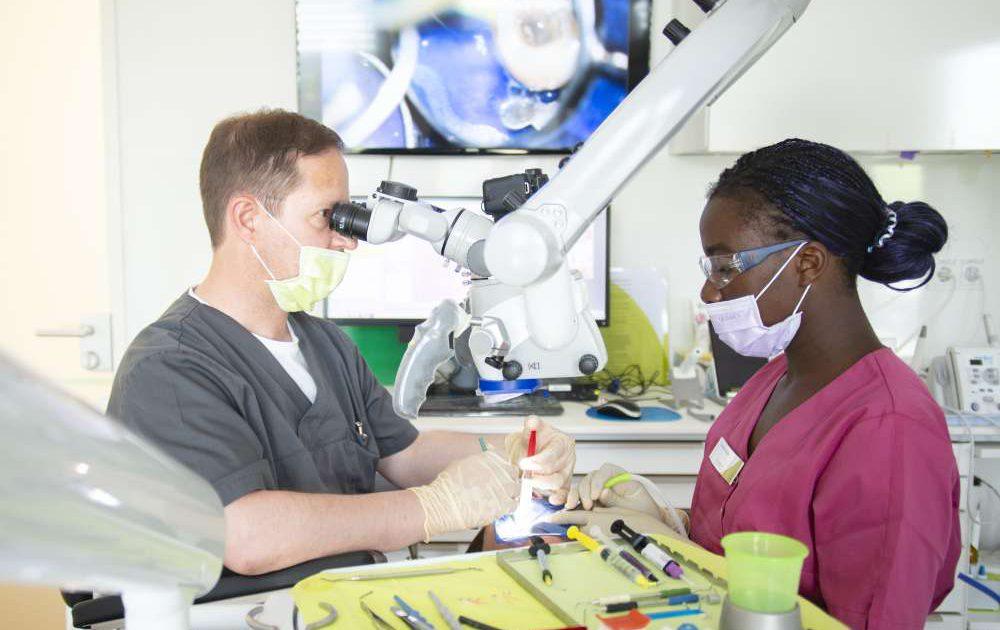 Eine Auszubildende zur zahnärztlichen Fachangestellten mit Dr. Sebus im medi+ in Mainz