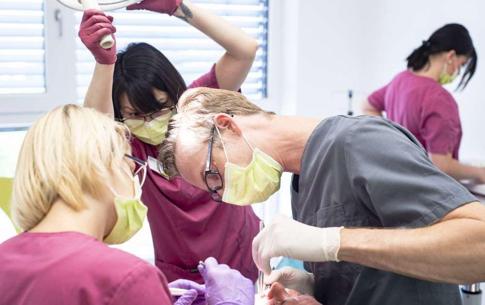 Dr. Haussen mit Helferinnen - zahnärztliche Praxisklinik medi+ in Mainz