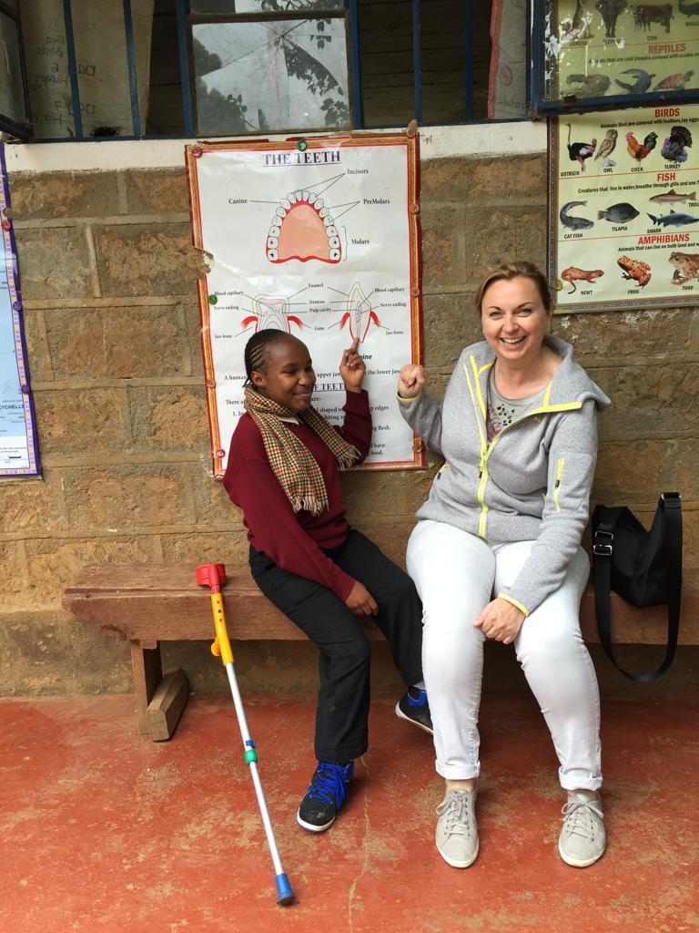 Zahnärztin Dr. Helga Schaffner in Kenia mit einer jungen Patientin