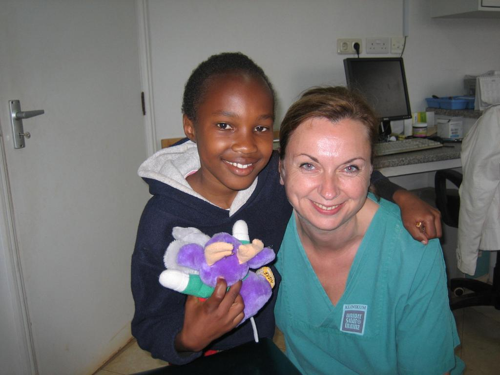 Zahnärztin Dr. Helga Schaffner mit einem Patienten in Kenia