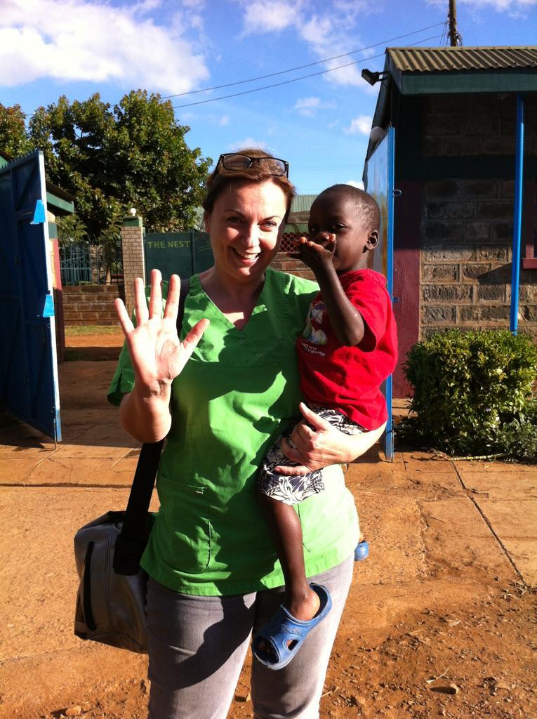 Zahnärztin Dr. Helga Schaffner in Kenia mit einem jungen Patienten
