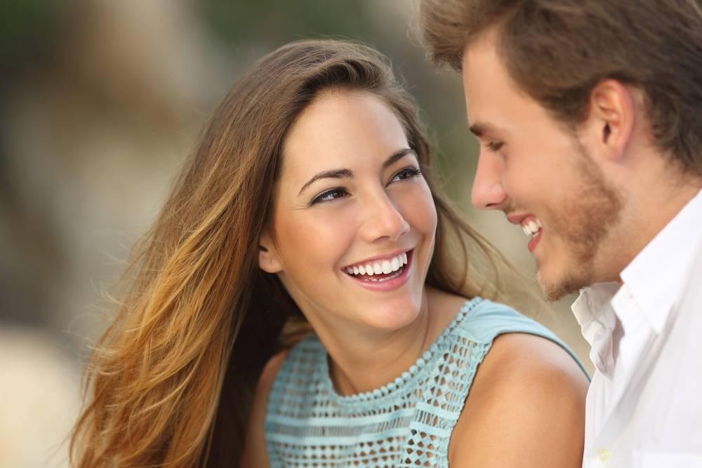 Paar mit schönen Zähnen - Foto: Antonio-Guillem-shutterstock.com