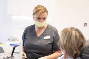 Zahnärztin Frau Dr. Helga Schaffner im Gespräch