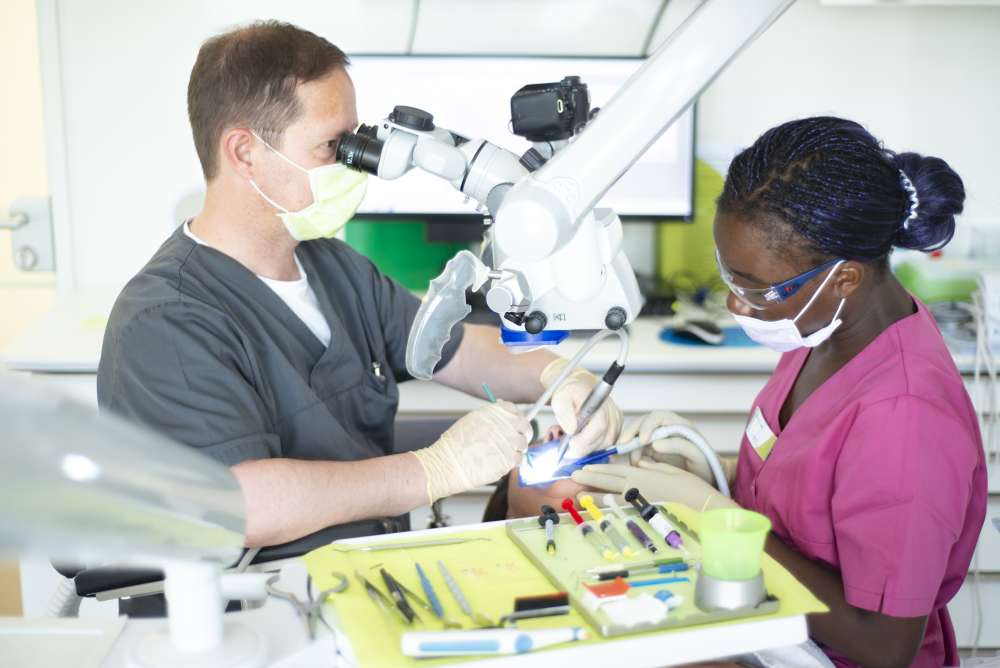 Endontologe Dr. Andreas Sebus bei der Arbeit mit Mikroskop - medi+
