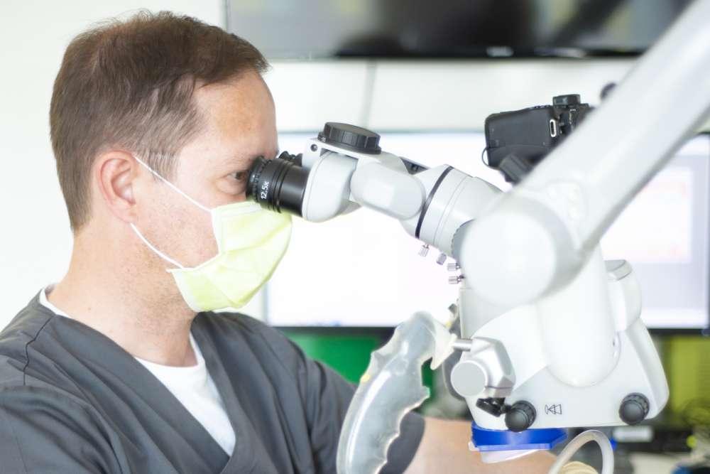Endontologe Dr. Andreas Sebus am Mikroskop - medi+