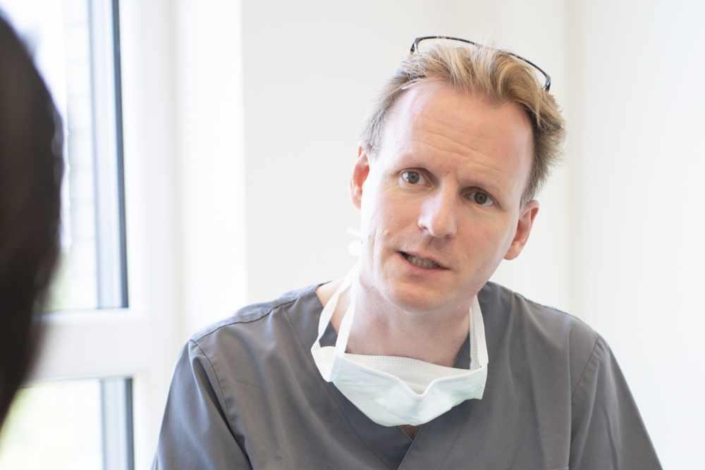 Zahnarzt und MKG-Chirurg Prof. Dr. Dr. Christian Walter bei einer Beratung im medi+ in Mainz