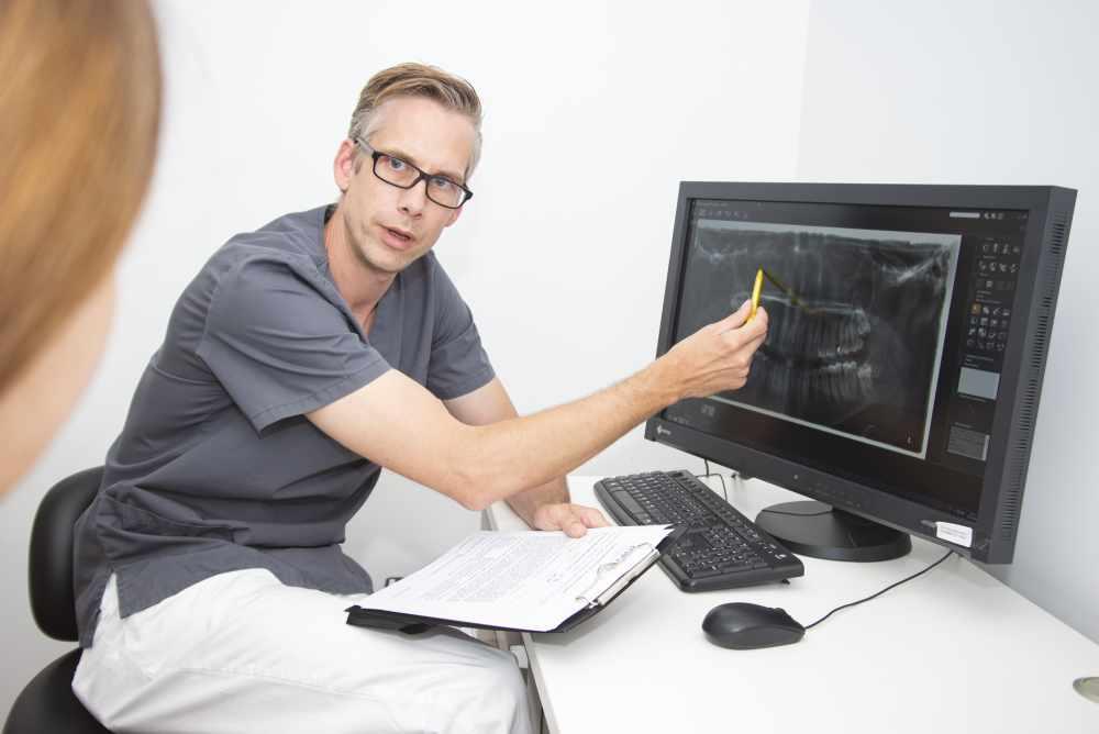 Zahnarzt und MKG-Chirurg Dr. Tasso von Haussen während einer Beratung im medi+ in Mainz