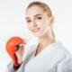 Sportlerin mit Schiene in der Hand - Foto: LightField Studios - shutterstock.com